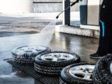 vários pneus em uma oficina