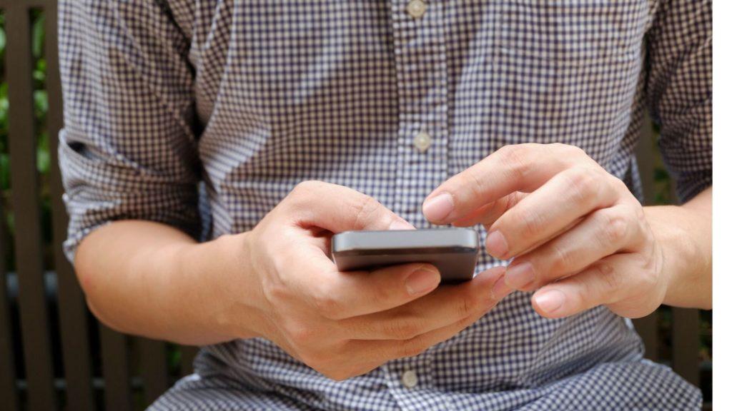 celular preto com tela grande