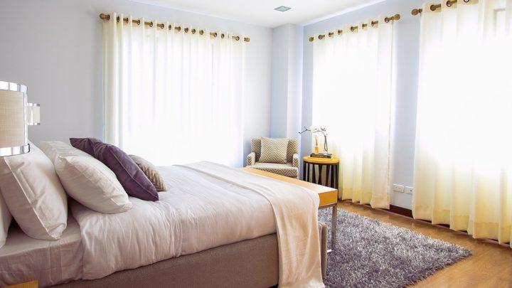 Como fazer a instalação de uma cortina de trilho