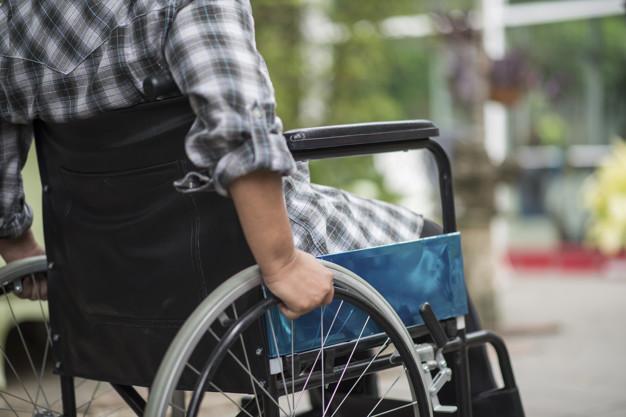 Melhor maneira de limpar rodas de cadeira de rodas de diferentes tipos